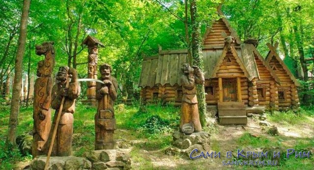 Лес с деревянными скульпутрами