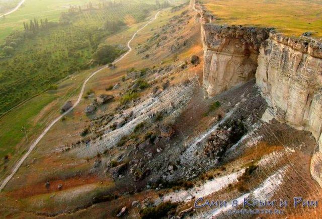 Проселочная дорога у подножия Ак-кая
