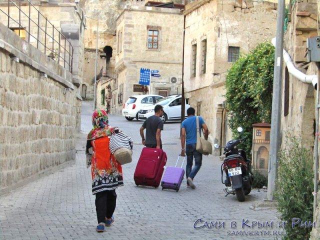 Туристы заселяются в свои отели