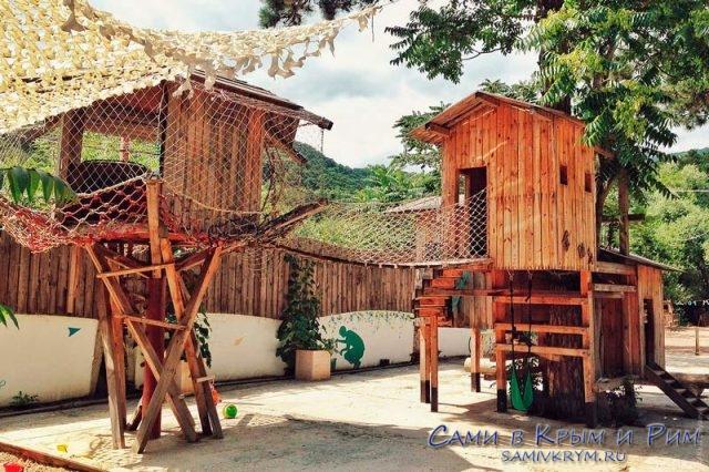 Деревянные домики на детской площакде
