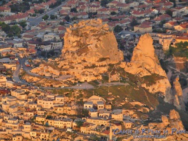 Крепость Учхисар в лучах утреннего солнца