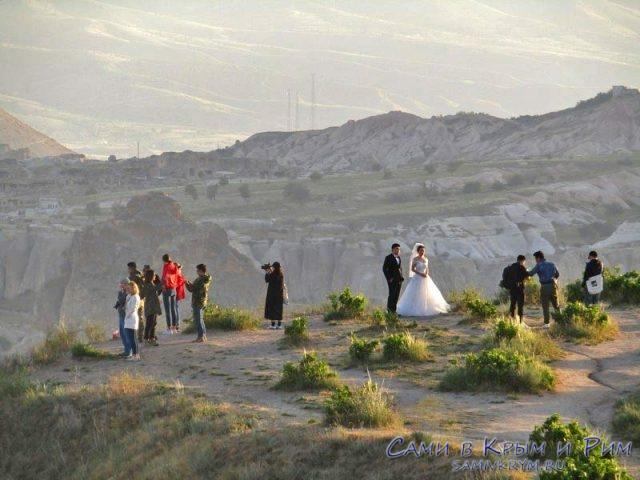 Свадьба поднялась сюда для памятного фото