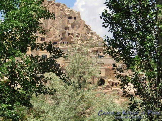 Вид на крепость Учхисар из долины