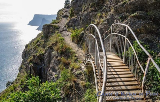 Железный мостик над Золотым пляжем