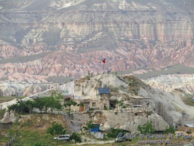 Холм с домами местных на фоне Актепе