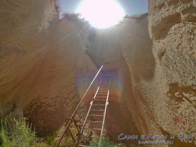 Подъем по лестнице в верхнюю часть долины
