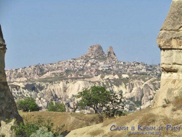 Вид на Учхисар из долины в Гереме