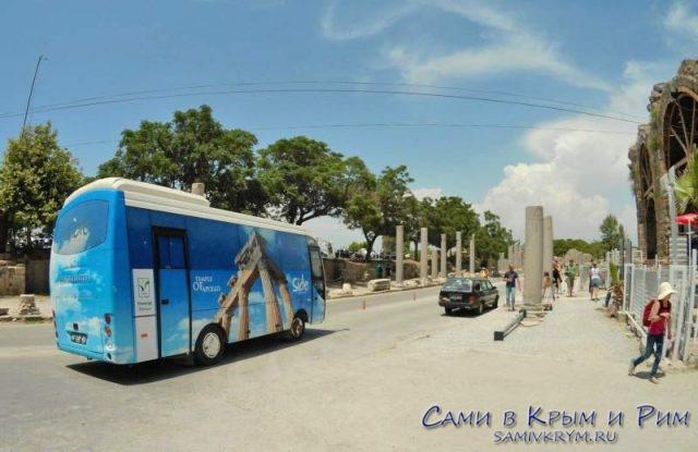 Автобусик, который возит по античному центру Сиде