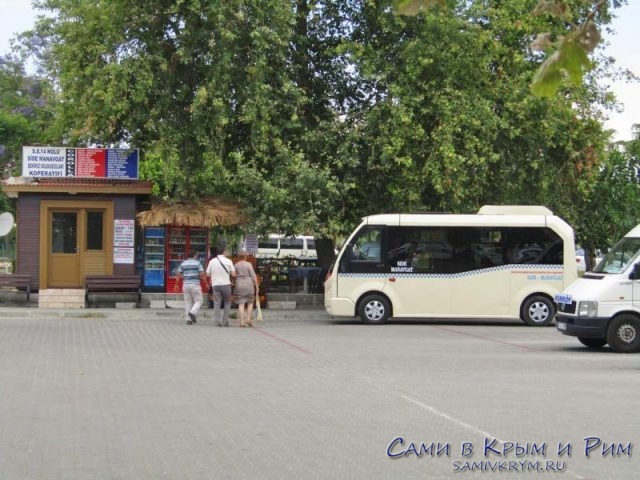 Большая парковка перед античным Сиде