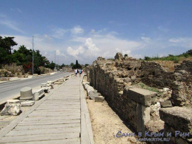 Дорожка в центр античного Сиде от остановки