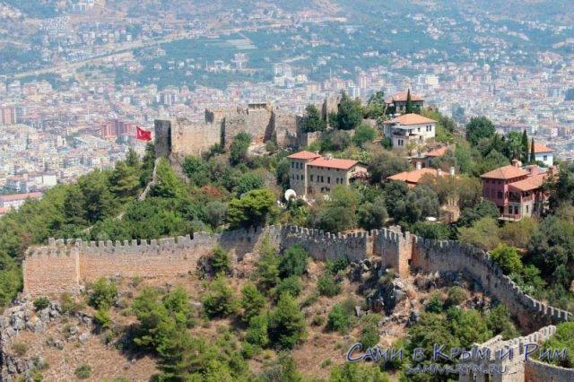 Крепость Алании на горе вид с Цитадели