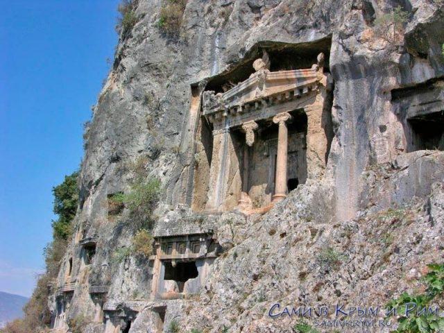 Ликийские гробницы в городе