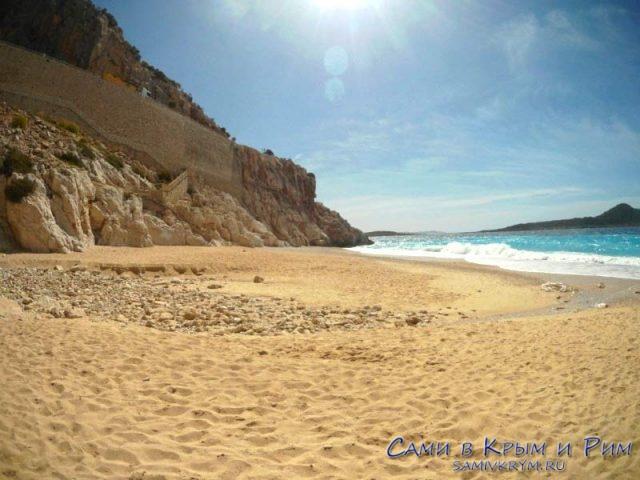 Мелкий песочек на входе в воду