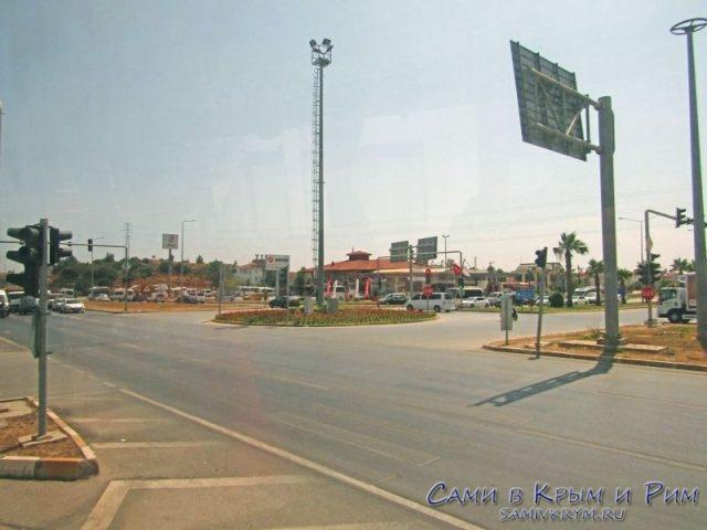 Перекресток где встречаются автобусы на трассе и долмуши