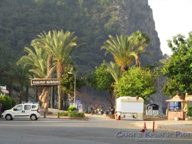 Пляж Клеопатры упирается в гору в крепостью