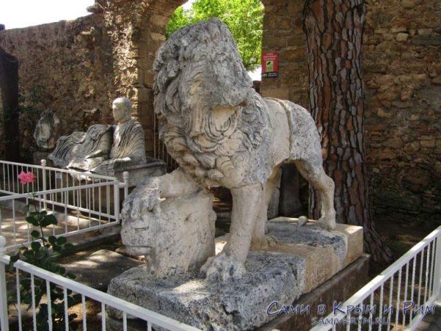 Скульпутры в парке музея