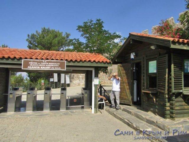 Вход в крепость на горе Цитадель