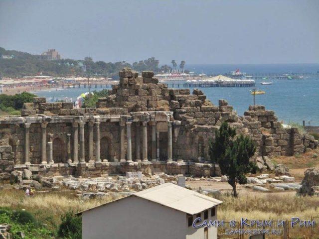 Вид из театра на восточные пляжи Сиде