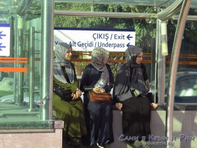 Девшуки ждут стамбульский трамвай