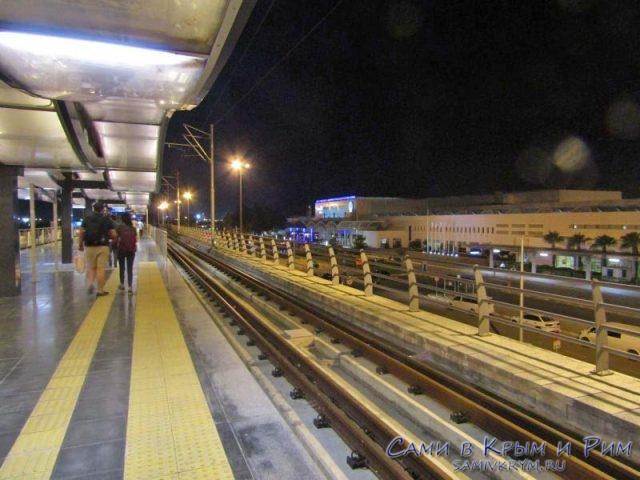 Остановка трамваев в аэропорту Анталии