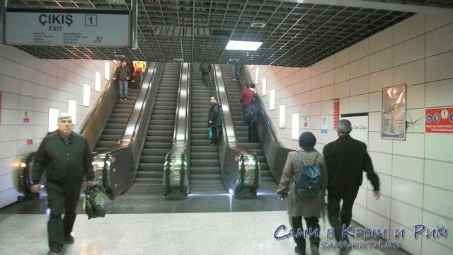 Спуск-в-метро-по-эскалаторам