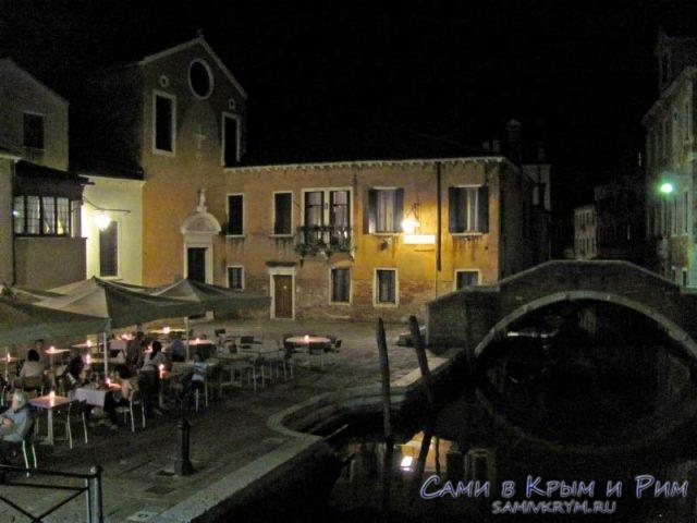 Пиццерия на улочках Венеции
