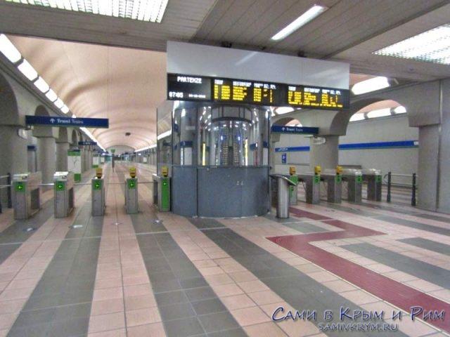 Вход в миланский метрополитен