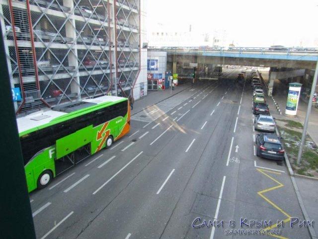 Автобус компании Flixbus на автовокзале Erdberg