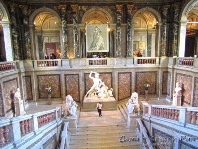 Марморная лестница в Музее Истории Искусств