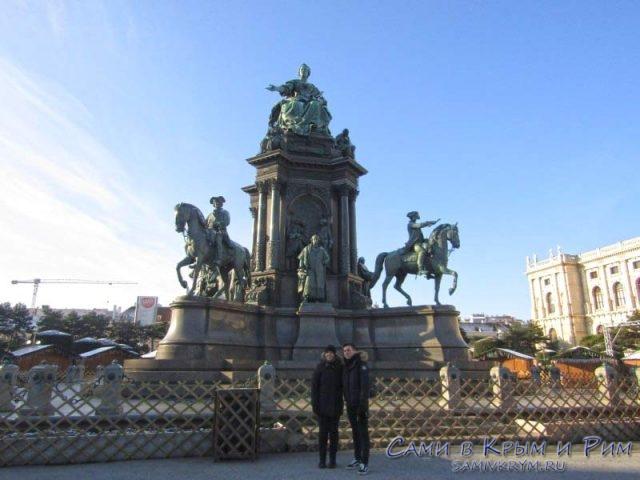 Памятник Марии Терезе между двумя музеями