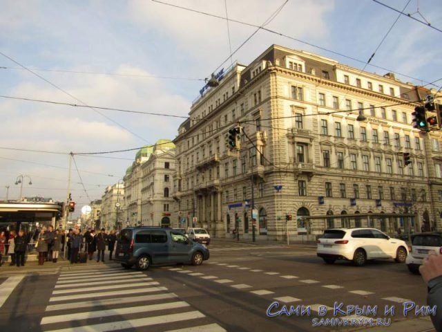 Спокойный ритм движения на дорогах в центре Вены