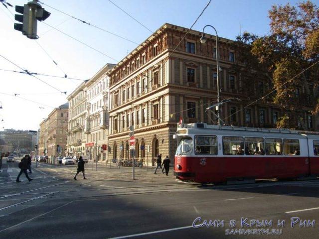 Трамвай проходит мимо площади Марии Терезы