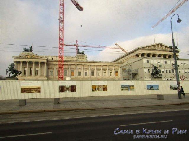 Здание венского парламента на ремонте