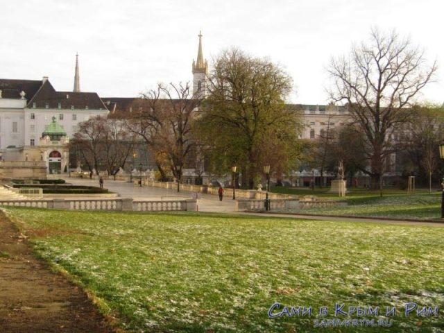 Королевский парк перед зданием Нойебург