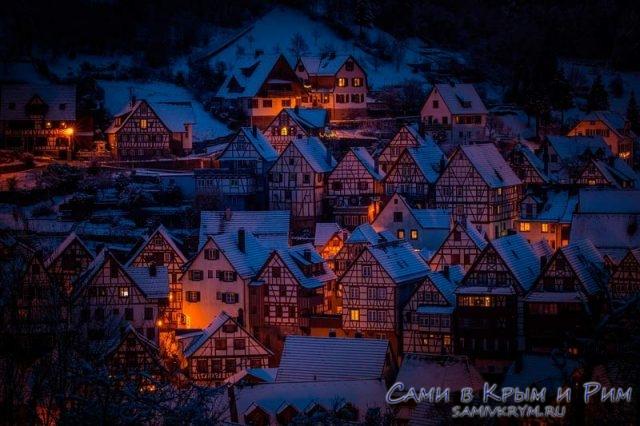 Краисвые домики в заснеженных Альпах