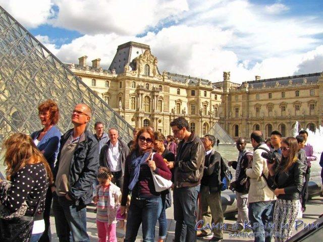 Стоим в очереди в Лувр