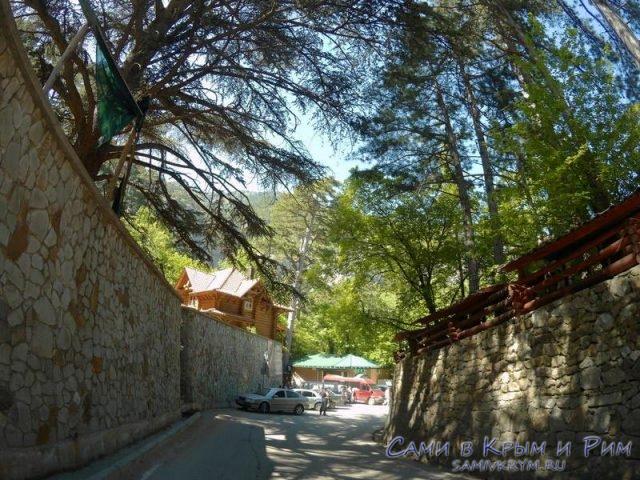 Парковка возле ресторана и водопада Учан-су
