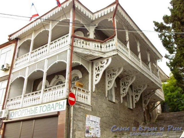 Старинный здания Алупки