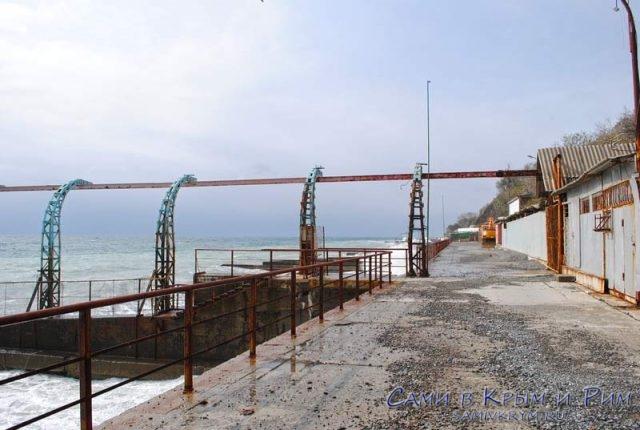 Пляж Ливадии и металоконструкции