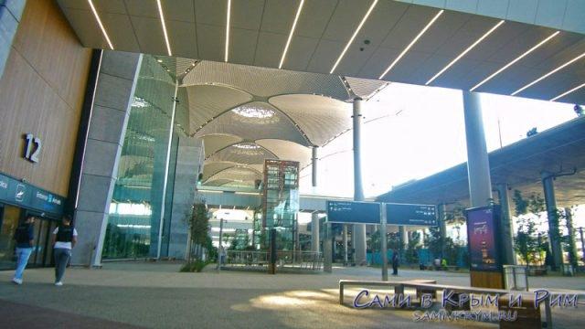 На-улице-перед-зданием-нового-аэропорта