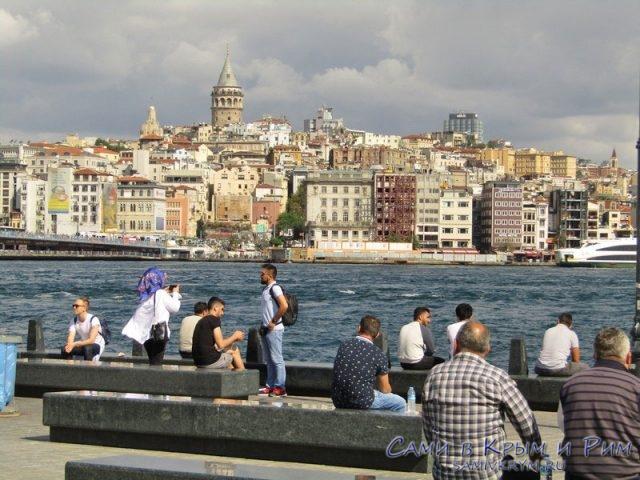 Стамбульцы любуются морем