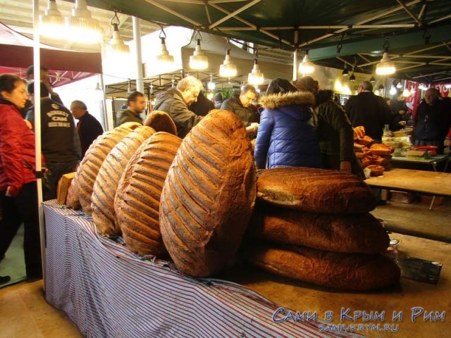 Буханки хлеба на ярмарке в Стамбуле