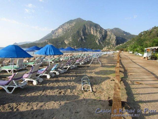 Лежаки на пляже в Чирали