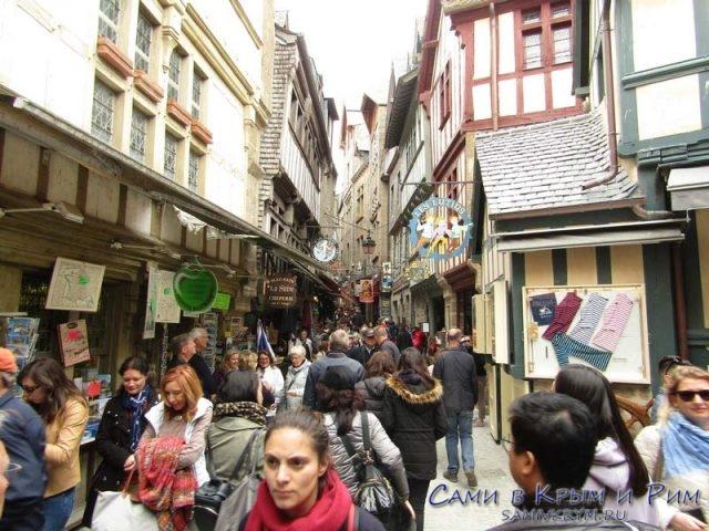 Улица Гранд де Рю полна людей