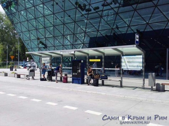 Автобусная-остановка-в-аэропорту-Кракова