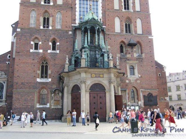 Главный вход в Мариацкий костел