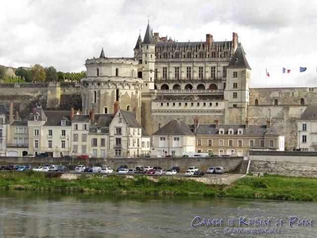 Королевский замок Амбуаз с другого берега реки