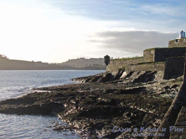 Крепость в Ирландии у кромки воды