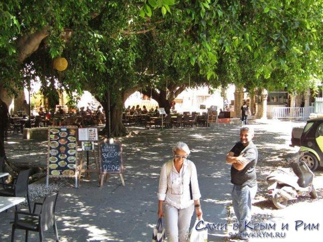 Сад-возле-мечети-с-кафе-и-ресторанами