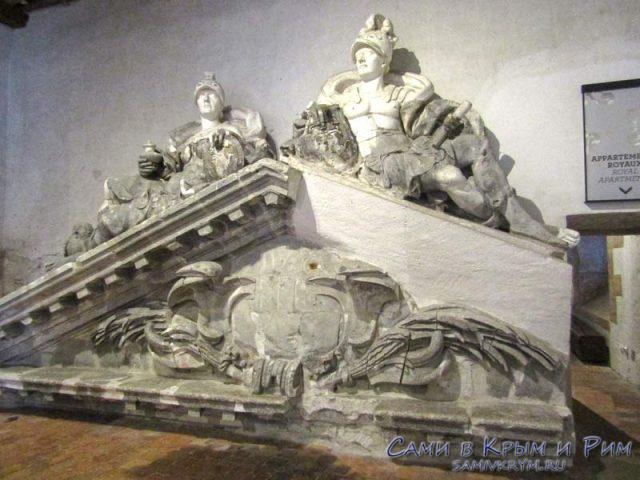 Скульптуры с фасадов дворца
